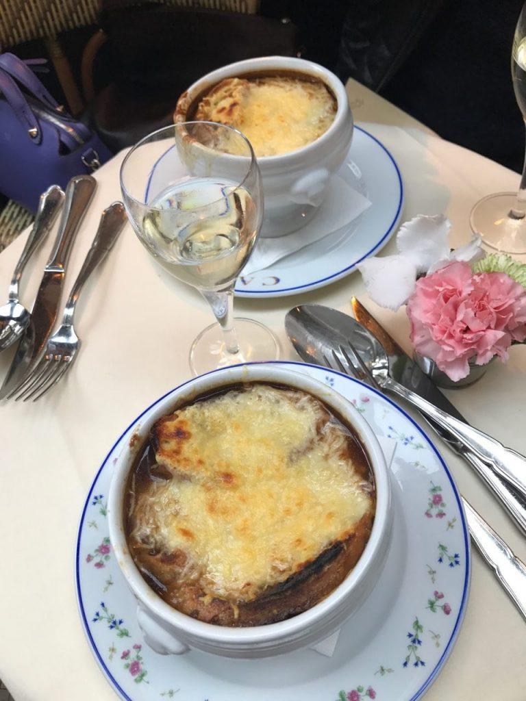 Луковый суп и бокал Шарди